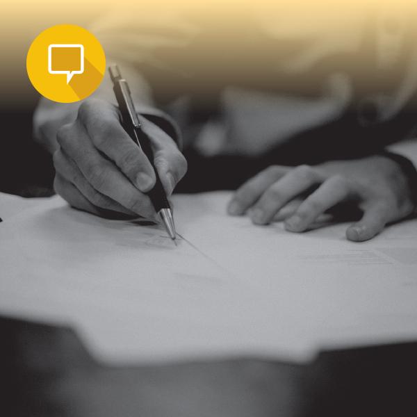 כתיבה בעט על נייר ואייקון של תיבת טקסט