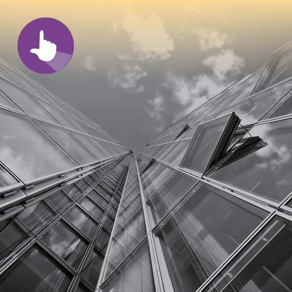 צילום של בנינים מלמטה על רקע השמיים ואייקון של ניהול פרויקט הנגשה חדש